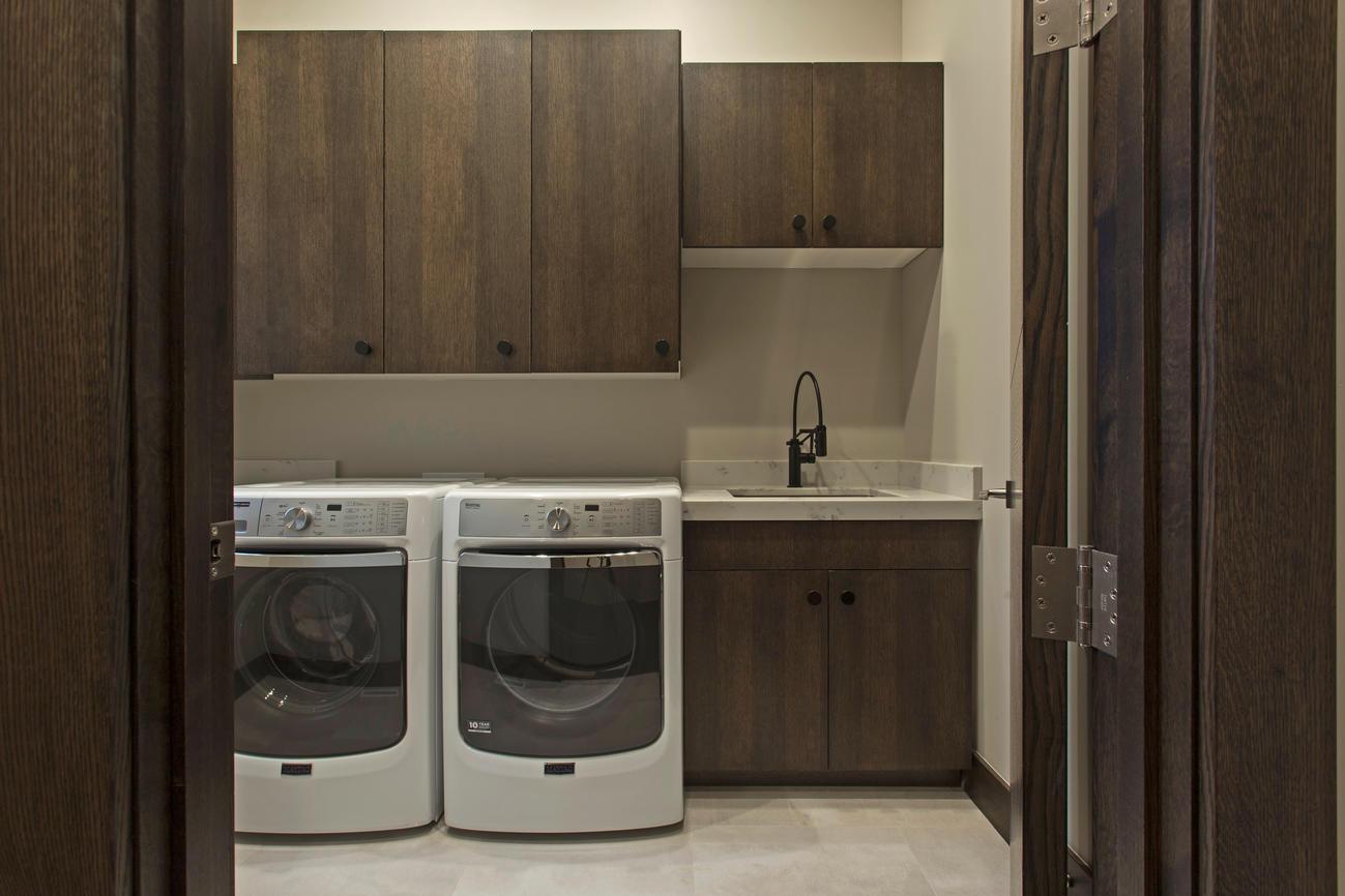 A well designed washroom with abundant amounts of space